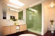 Tahu Manfaat Dinding Transparan Kamar Mandi?