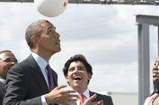 Obama Saksikan Bola Penghasil Listrik di Tanzania
