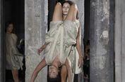 Aneh, Model Saling Gendong di Atas Panggung 'Catwalk'