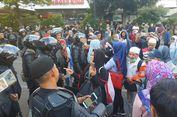 Seusai Shalat Gaib, Massa Bersalaman dan Rangkulan dengan Brimob di Sarinah