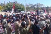 Warga Labuan Bajo Demo Tolak Rencana Penutupan Pulau Komodo