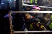 Momen Polisi Misterius Gendong Calon Haji Tertua Saat Rekan Se-Kloter Berdesakan Masuk Bus