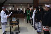Unik, Bupati Lamongan Lantik Pejabat dengan Pakaian Adat Batik Singomengkok