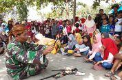 Saat Dalang Wayang Berseragam TNI Merebut Perhatian Puluhan Bocah