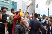 Massa Pendemo IMB Reklamasi Terlibat Saling Dorong di Halaman Balai Kota