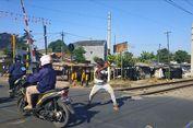 Kopral, Penjaga Perlintasan Rel Proyek Bekasi yang Jago Silat