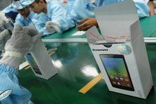 Mengintip Perakitan Ponsel 4G Lenovo di Banten
