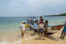 Dua Pantai di Indonesia dengan Pasir Merah Merona