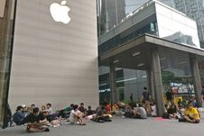 Suasana Antrean iPhone X di Apple Store Singapura
