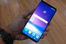 Lihat LG V30 Plus dari Berbagai Sisi