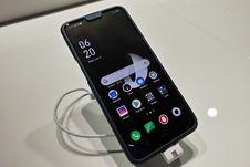 Melihat Ponsel Oppo dengan Kamera Zoom Optik 10x di Barcelona