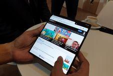 Mencoba Ponsel Layar Tekuk Huawei Mate X