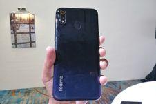 Menggenggam Realme 3, Ponsel Dual Kamera dengan Desain Elegan