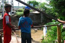 Hujan Deras Putuskan Jembatan dan Hanyutkan Dapur Warga
