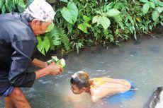 Ritual Khitan di Banyuwangi, Kepala Ditetesi Darah Ayam