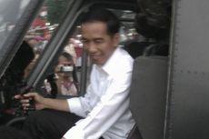 Jokowi Coba Naik Helikopter di Pameran Alutsista TNI AD di Monas