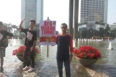 Aksi Jualan Tomat di Bundaran Hotel Indonesia