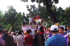 Ratusan Pedagang Pasar Geruduk Balai Kota dan DPRD DKI Jakarta