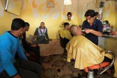 ISIS Diusir, Para Pria Mosul Beramai-ramai Cukur Jenggot
