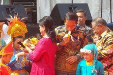 Saat Jokowi Asyik Melahap Pisang di Belakang Iriana...