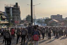 Pukul 16.30, Massa di Flyover Slipi Kembali Lempar Batu dan Kembang Api ke Arah Polisi