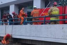 Bola Voli Warga Tercebur ke BKT, 4 Pemadam Diterjunkan untuk Evakuasi