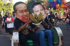 Warga Pakai Topeng Wajah Jokowi dan Prabowo Naik Becak di CFD Solo