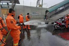 Jalan Menuju Stasiun MRT Lebak Bulus Bau Pesing, Petugas Damkar Beraksi