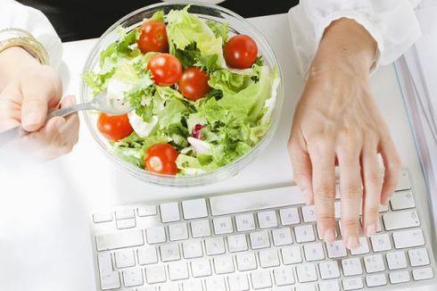 Tahukah Anda bahwa Sering Makan di Meja Kerja Bikin Tubuh Makin Melar?