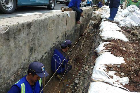 Tak Kuat Tahan Beban Kendaraan, Turap di Jalan HR Rasuna Said Rusak