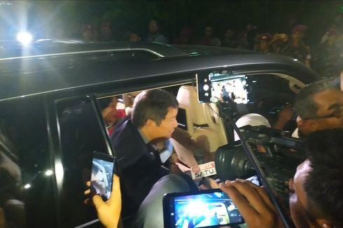 Keluar Gedung MK, Hashim dan Bambang Widjojanto Disambut Emak-emak