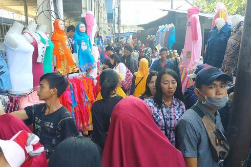 Ketika Warga Pilih Beli Baju Lebaran di Trotoar Jatibaru Ketimbang Skybridge Tanah Abang...