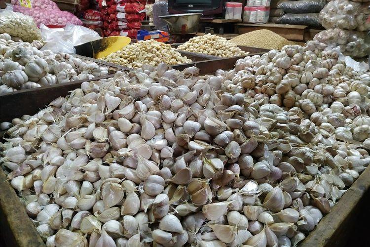 Komoditi bawang putih dijajakan pedangan di Pasar Induk Kramat Jati, Jakarta Timur, Jumat (17/5/2019).