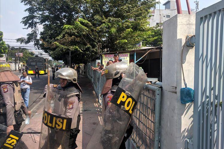 Warga KS Tubun Bagikan Air Minum untuk Polisi yang Halau Massa 22 Mei 2019 10.58 WIB