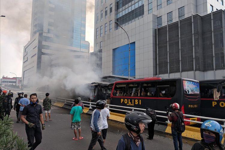 Dua bus polisi terbakar di flyover slipi