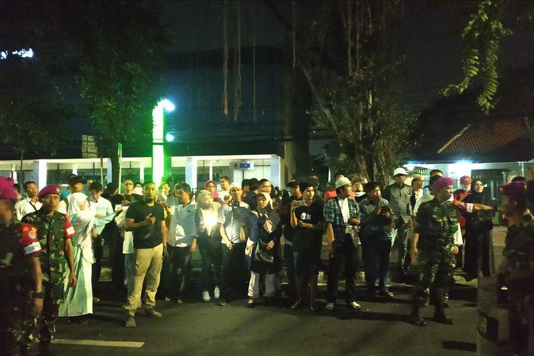 Massa pendukung calon presiden-wakil presiden nomor urut 02 Prabowo Subianto-Sandiaga Uno sabar menanti perwakilan BPN, Hashim Djojohadikusumo dan Bambang Widjojanto keluar dari gedung Mahkamah Konstitusi usai menyerahkan gugatan sengketa Pilpres 2019 pada Jumat (24/5/2019) malam.