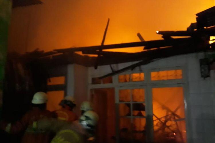 Petugas damkar berjibaku memadamkan api yang melalap rumah warga di Penggilingan, Jakarta Timur, Kamis (6/6/2019) malam.