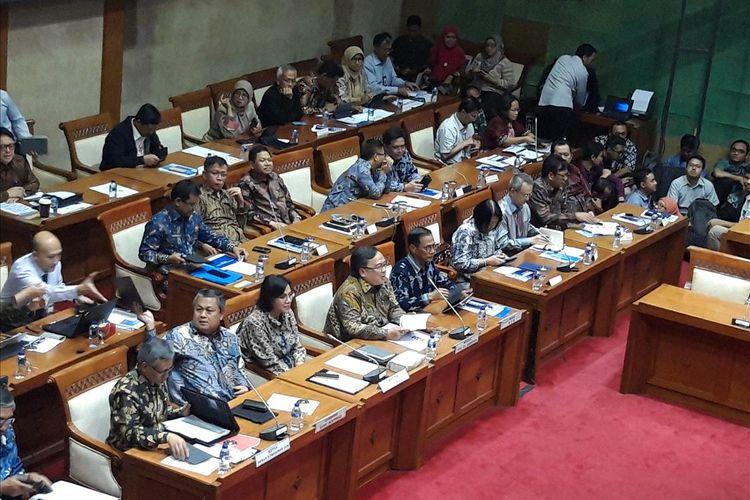 Kepala BPS Suhariyanto, Menteri PPN/BAPPENAS Bambang Brodjonegoro, Menteri Keuangan Sri Mulyani Indrawati, Gubernur BI Perry Warjiyo, dan Ketua Dewan Komisioner OJK Wimboh Santoso saat rapat kerja dengan Komisi XI DPR RI di Jakarta, Kamis (13/6/2019).