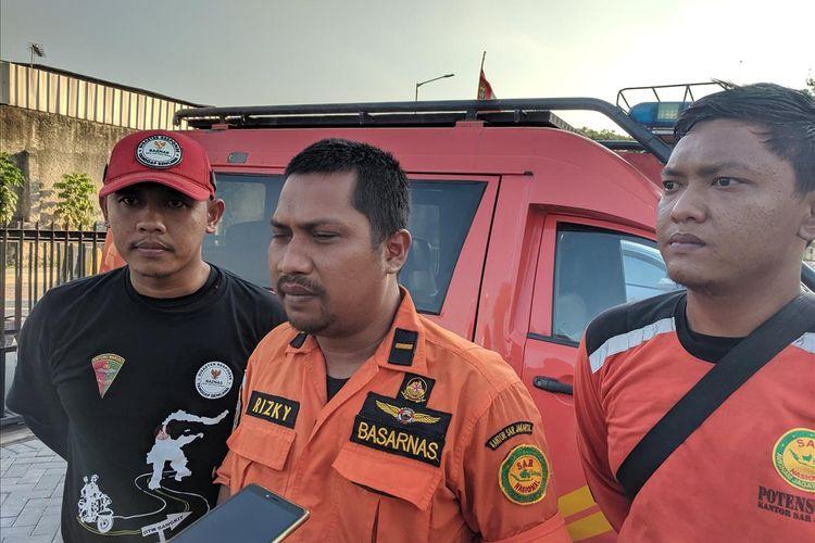 On Scene Commander (OSC) Tim SAR gabungan dari kantor Pencaran dan Pertolongan Jakarta, Rizky Dwianto memberi Keterangan di Mapolsek Sunda Kelapa