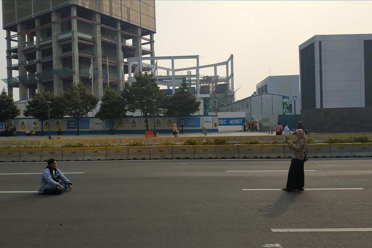 Warga tampak asyik berfoto di jalan MH Thamrin, Jakarta Pusat yang ditutup pada hari ulang tahun Jakarta, Sabtu (22/6/2019).