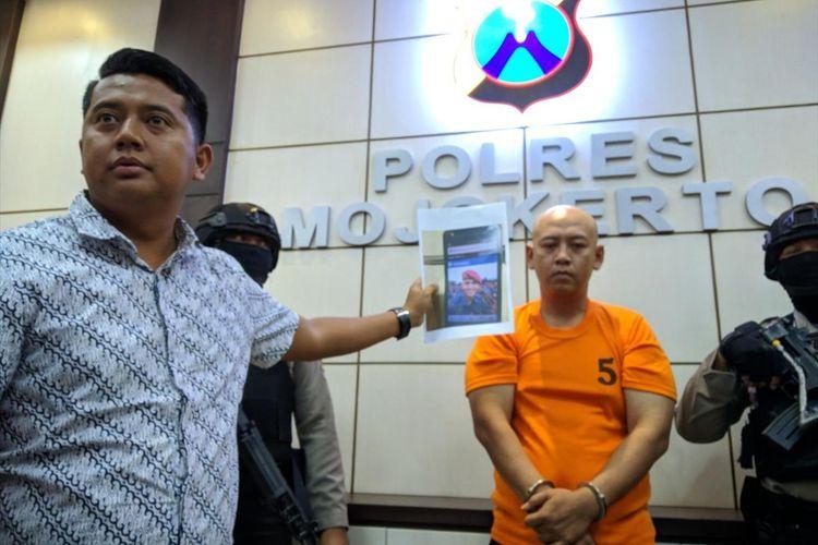 Eko Tugas Saputra (33), diringkus jajaran Kepolian Resor (Polres) Mojokerto, Jawa Timur. Dengan modal foto palsu, anggota TNI AL gadungan berhasil menipu dan meniduri 16 perempuan.