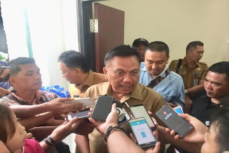 Gubernur Sulut Olly Dondokambey saat diwawancara wartawan sesuai rapat paripurna di Kantor DPRD Sulut, Selasa (2/7/2019) pukul 13.21 Wita