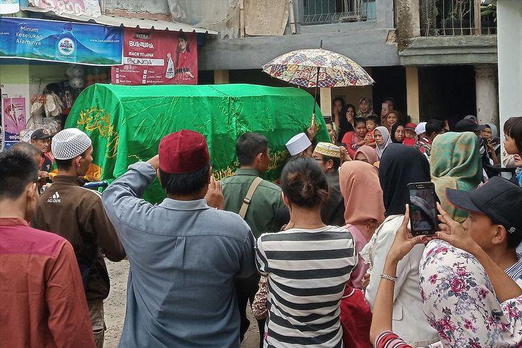 Puluhan warga melayat jenazah FAN (8) di Kecamatan Megamendung Puncak Bogor, Rabu (3/7/2019)