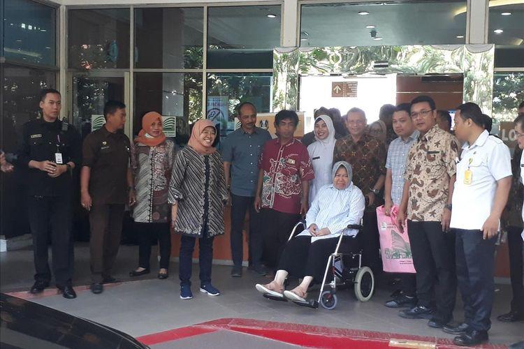 Wali Kota Surabaya Tri Rismaharini keluar dari gedung Graha AmertA RSUD Dr Soetomo, Surabaya, Jawa Timur, didampingi keluarga dan pejabat Pemkot Surabaya, Rabu (3/7/2019). Kondisi kesehatan Risma telah membaik dan sudah bisa pulang.