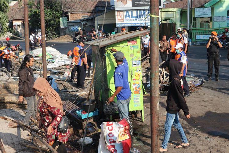 Penertiban lapak milik pedagang kaki lima (PKL) di depan Stasiun Kereta Api Jombang Jawa Timur, oleh petugas gabungan, Kamis (4/7/2019) pagi.