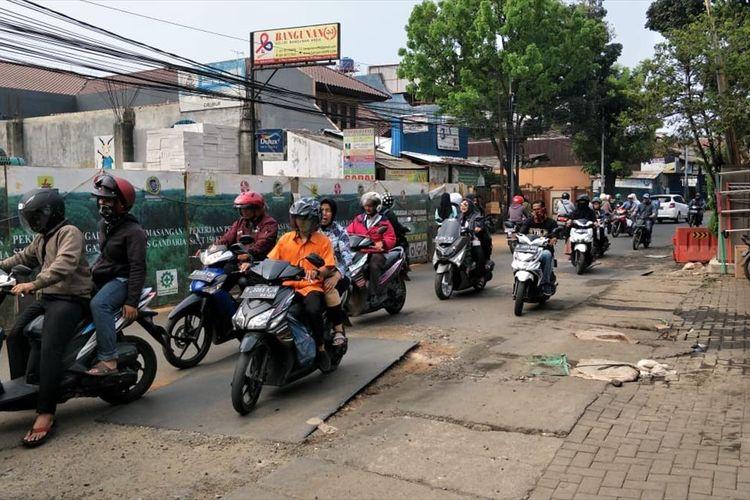 Ada Galian Kabel, Jalan Lapangan Tembak, Cibubur, Jakarta Timur Rusak dan Sebabkan Macet, Jumat (5/7/2019).