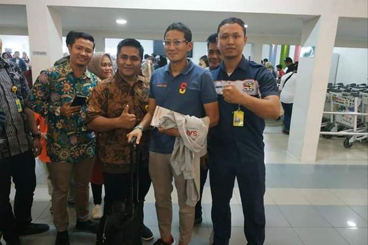 Sandiaga Uno disambut panitia Trifactor Triathlon setibanya di Belitung, Jumat (5/7/2019).