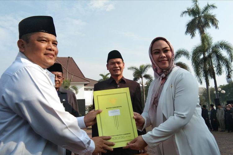 Bupati Karawang menyerahkan SK Sekda kepada Acep Jamhuri di Plaza Kantor Pemkab Karawang, Jumat (5/7/2019).