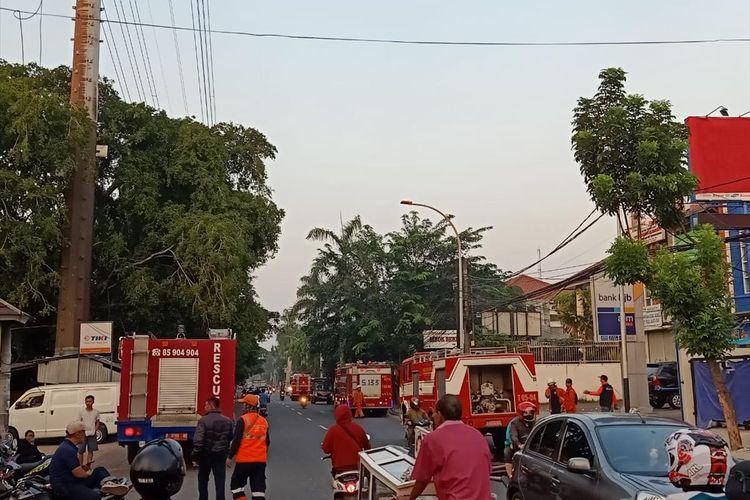 Sejumlah unit mobil damkar berderet memadamkam api yang melalap 30 rumah di Cipinang Besar Selatan, Jakarta Timur, Sabtu (6/7/2019).