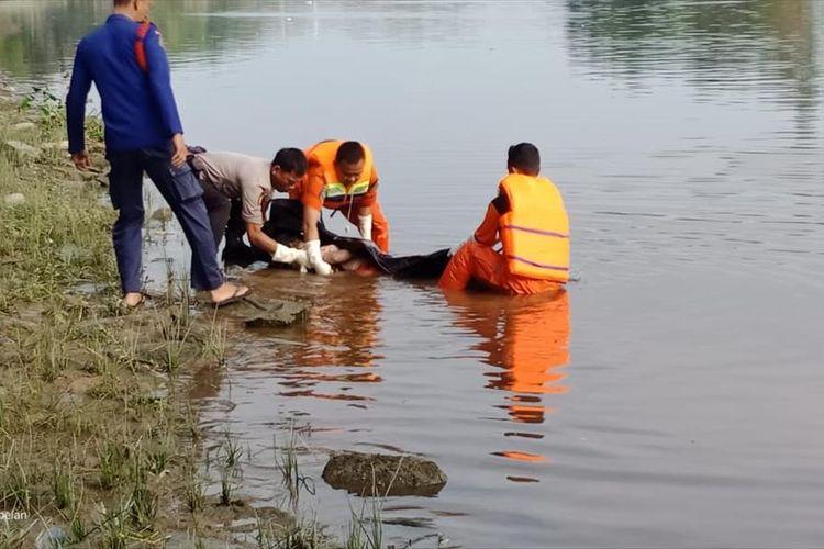 Tim SAR dan polisi mengevakuasi jenazah nenek yang ditemukan meninggal dunia di Sungai Siak, Kecamatan Senapelan, Pekanbaru, Riau, Sabtu (6/7/2019). Dok. SAR Pekanbaru